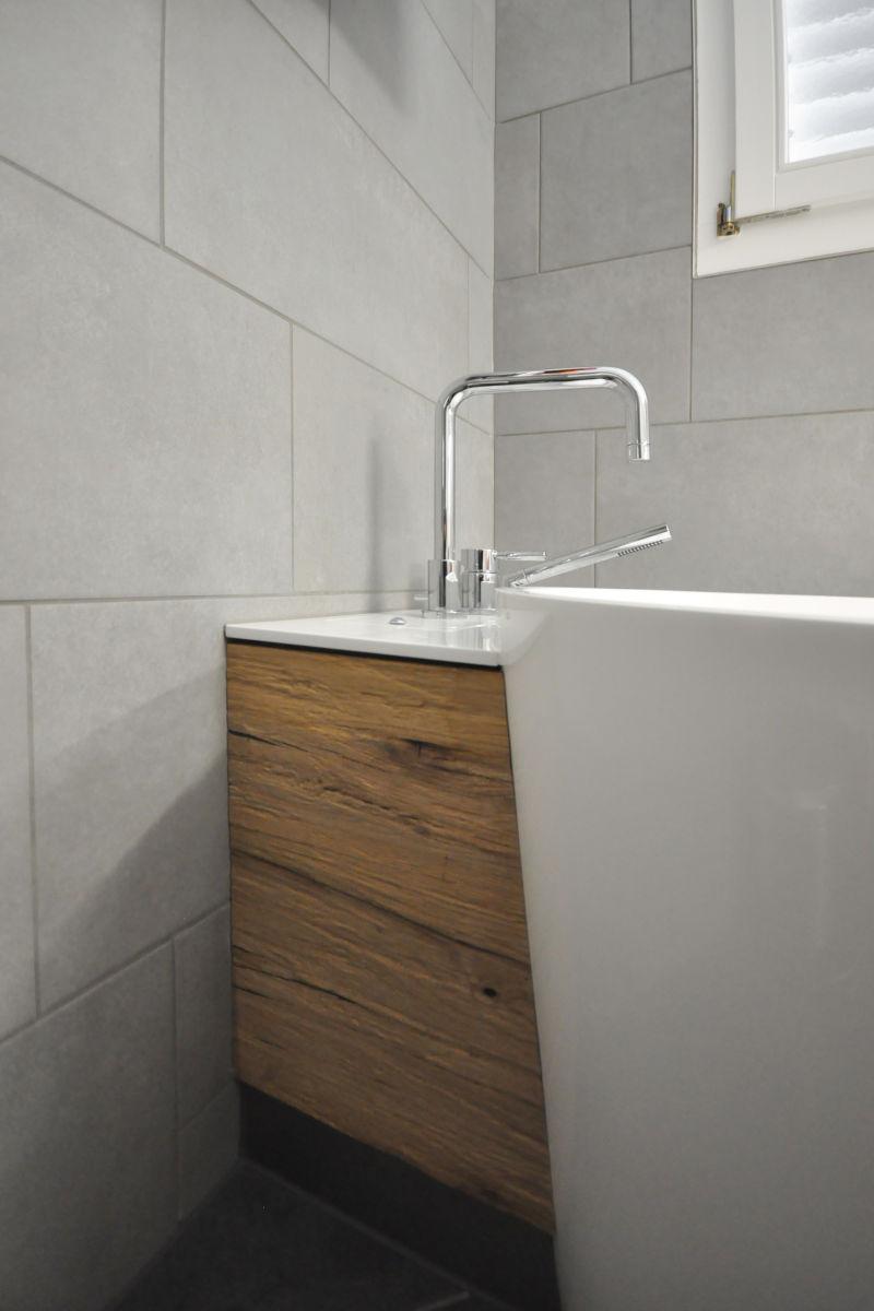 Die Badewannen-Verkleidung bildet einen schönen Abschluss zur Wand hin.