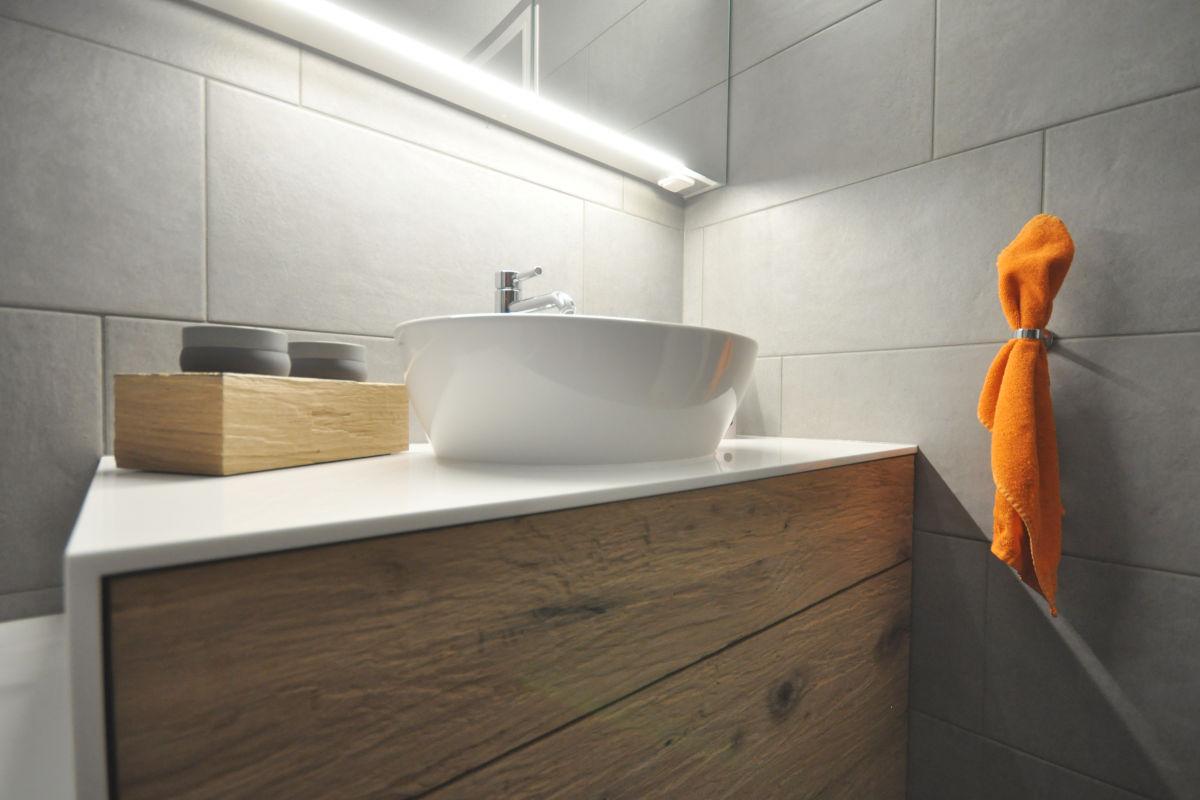 Waschtischmöbel aus Corian mit Schubladen im Altholz-Look
