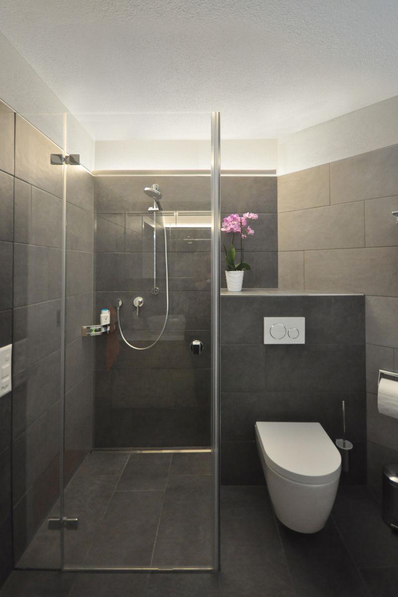 Die Dusche mit der neuen Trennwand ist ohne Schwelle begehbar