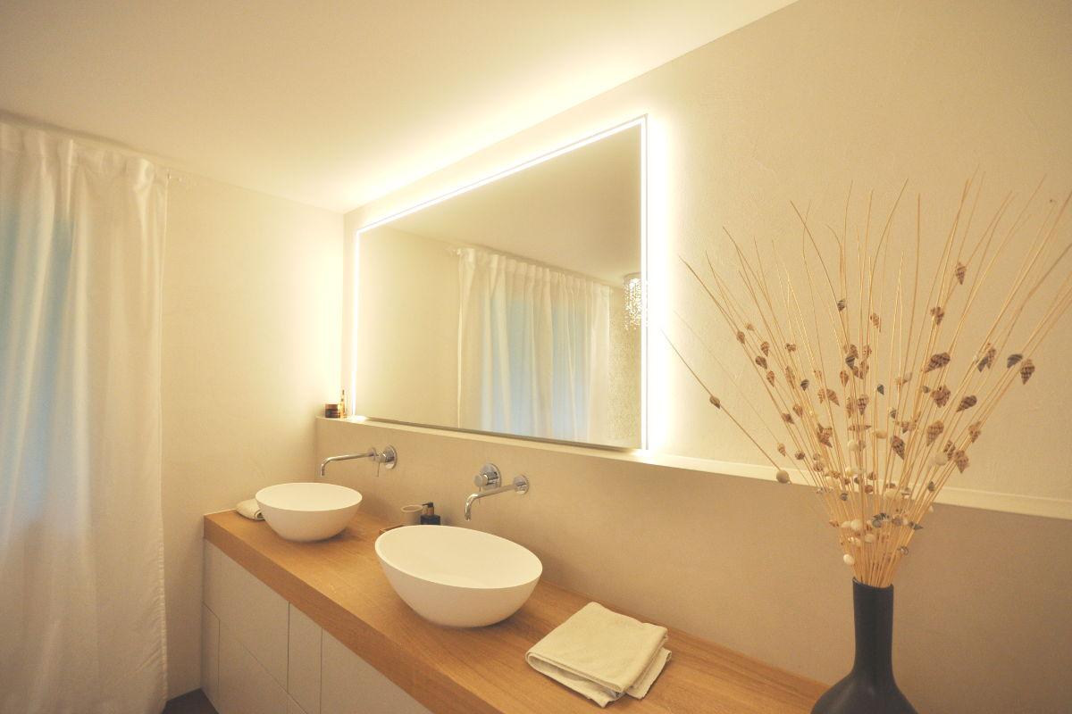 Die neuen Waschbecken passen harmonisch zur Badewanne.