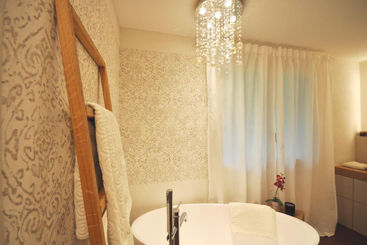 Besonders edles Badezimmer mit freistehender Badewanne