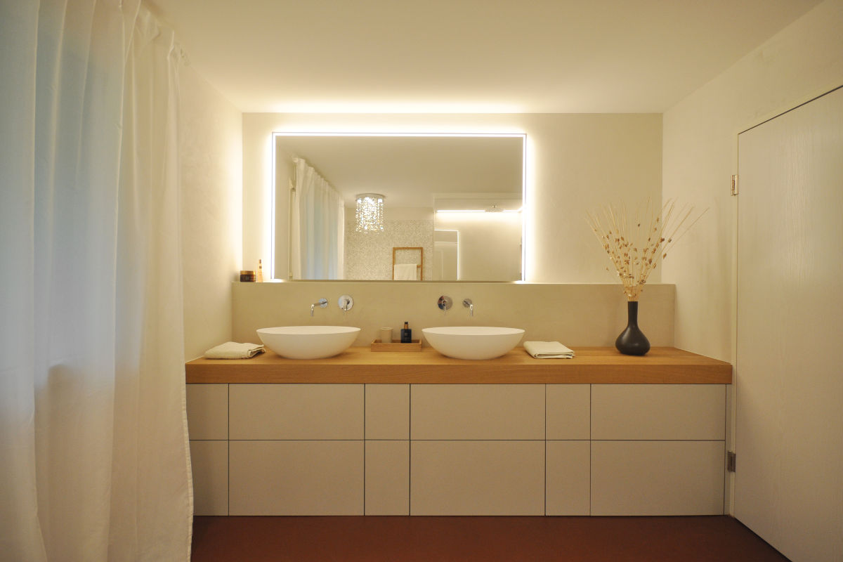 Das Waschtischmöbel wurde speziell für diese Bad nach Mass angefertigt.