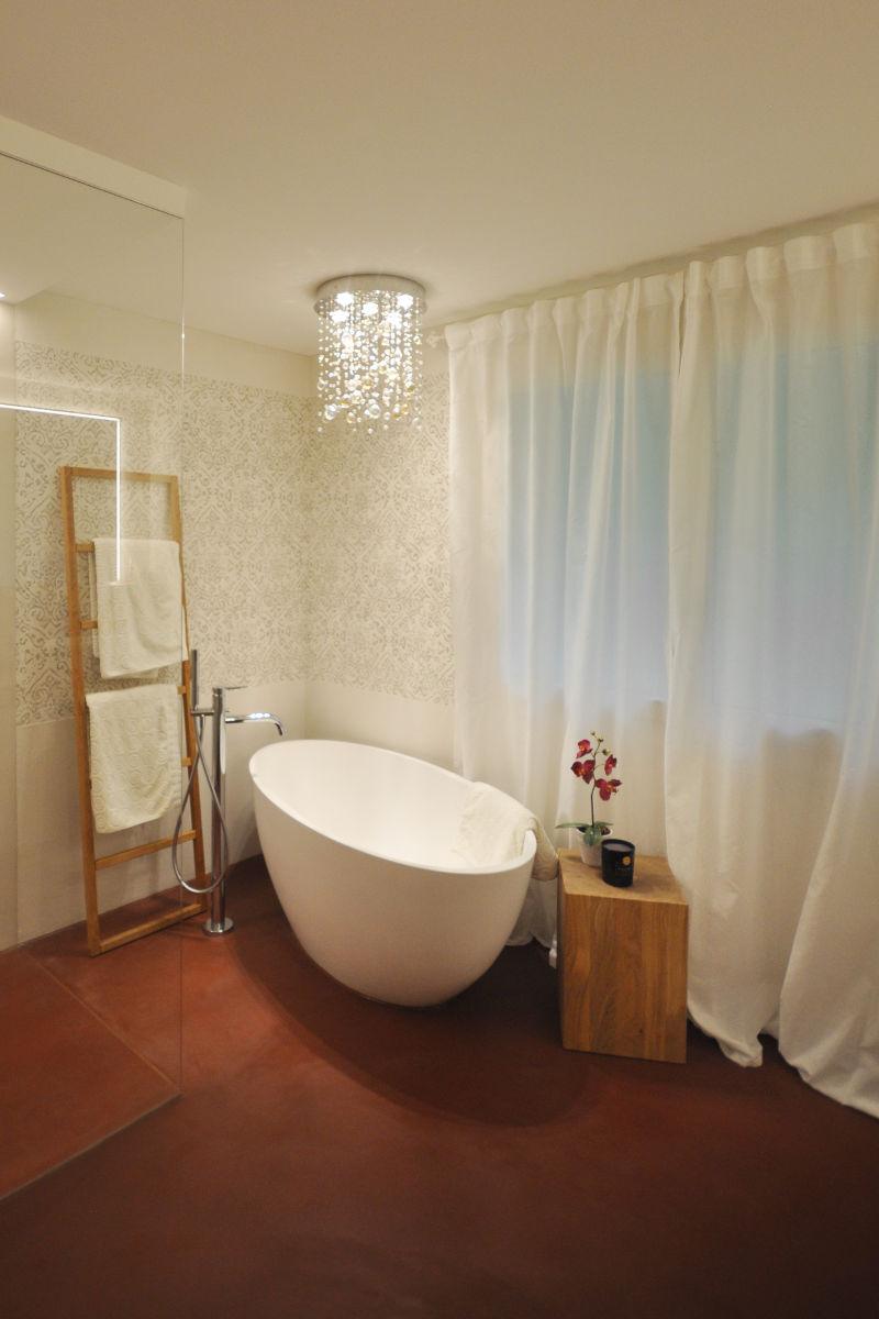 Die freistehende Badewanne ist der Hingucker schlechthin