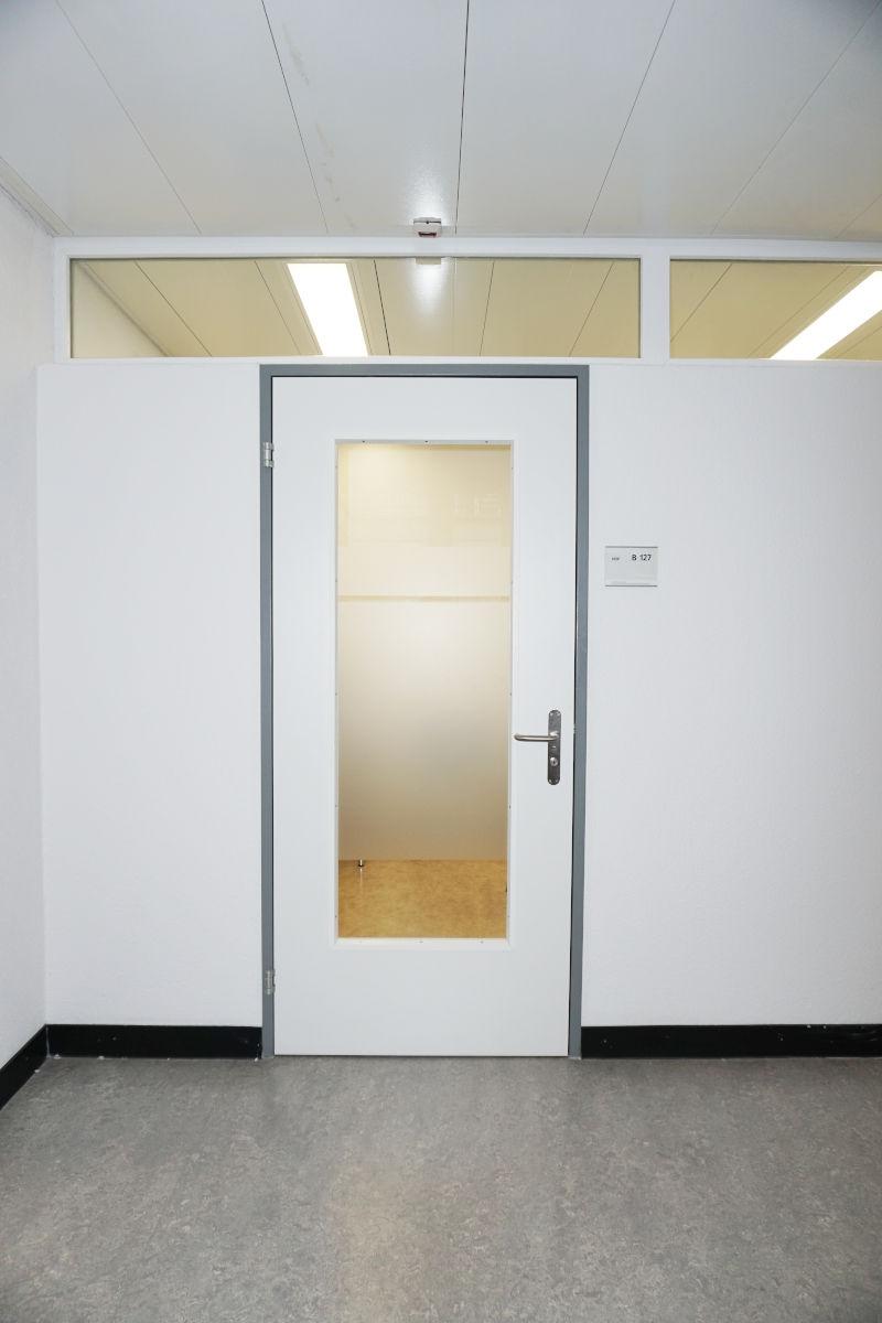 Neue Tür mit Glasausschnitt