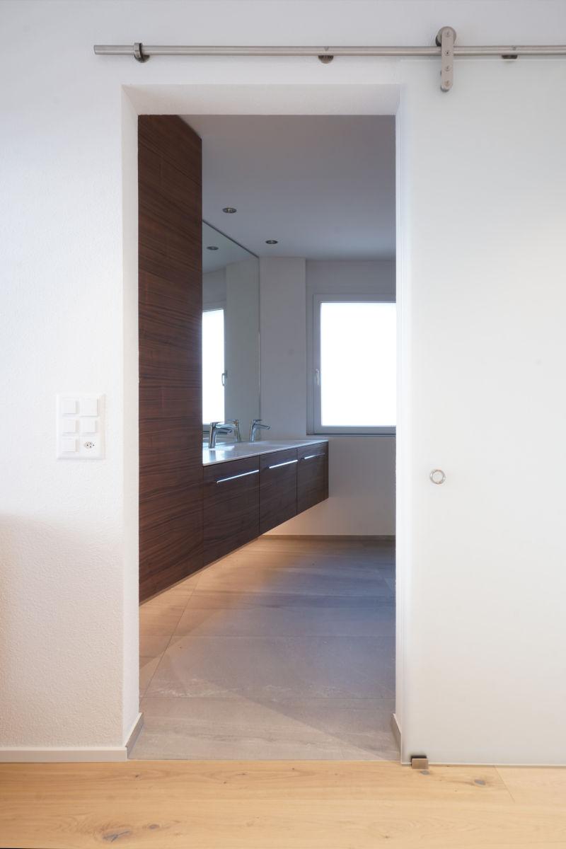 Eingang zum Badezimmer mit Schiebetür