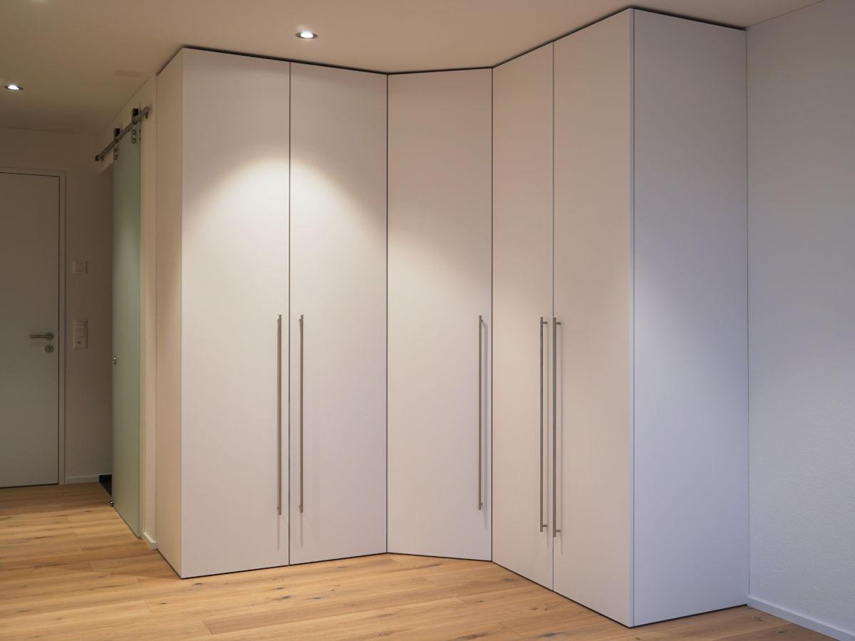 Weisser Kleiderschrank mit Kunstharz-Oberfläche.