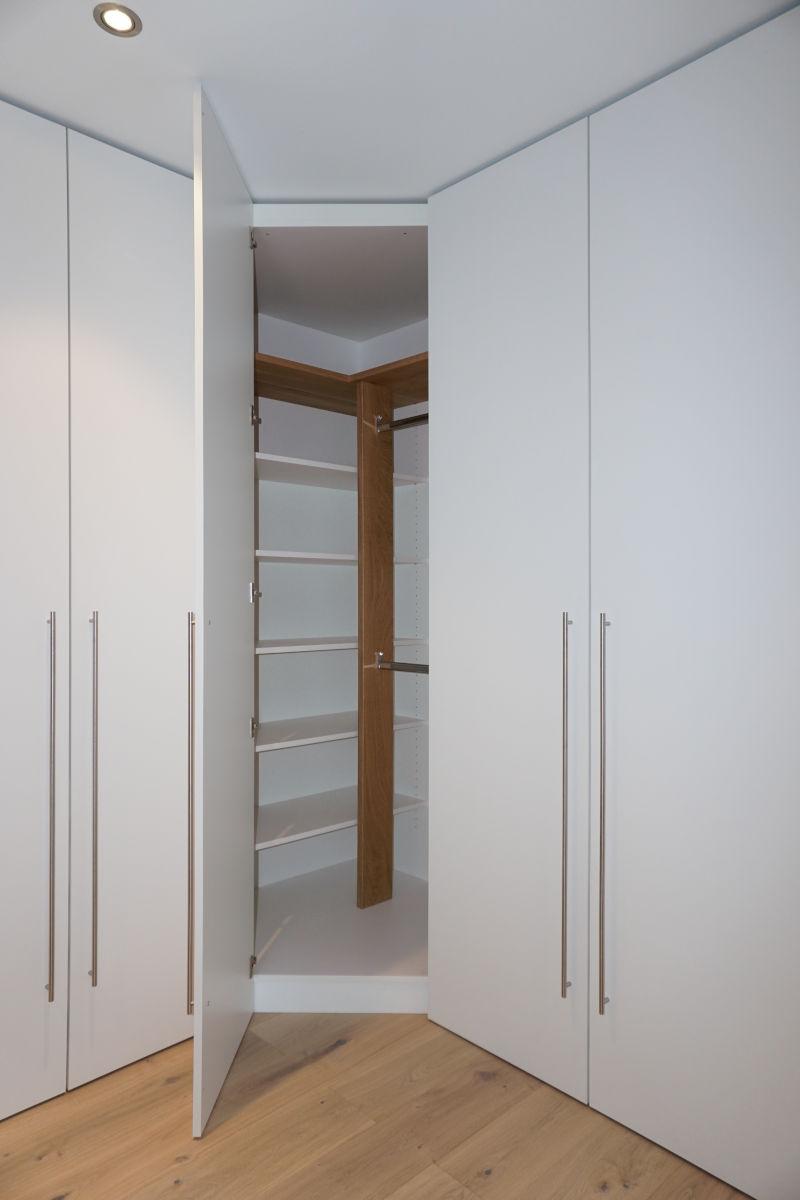 Durch abgeschrägte Tür wir eine optimale Ausnutzung der gesamten Schrankecke ermöglicht.