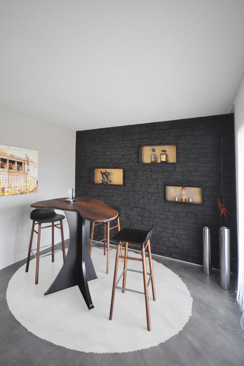 Barzimmer mit Steinimitat-Wand