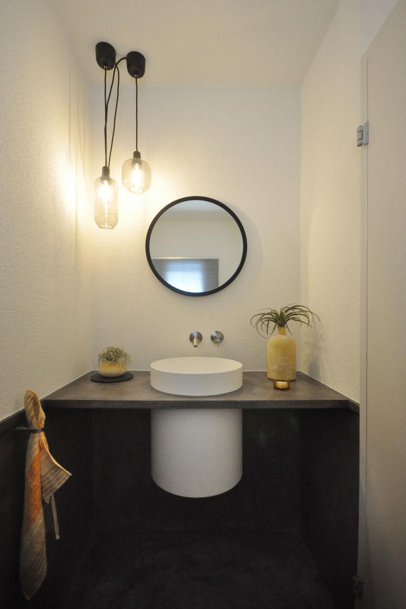 Das Corian-Waschbecken wurde ohne sichtbare Wandkonsole montiert.