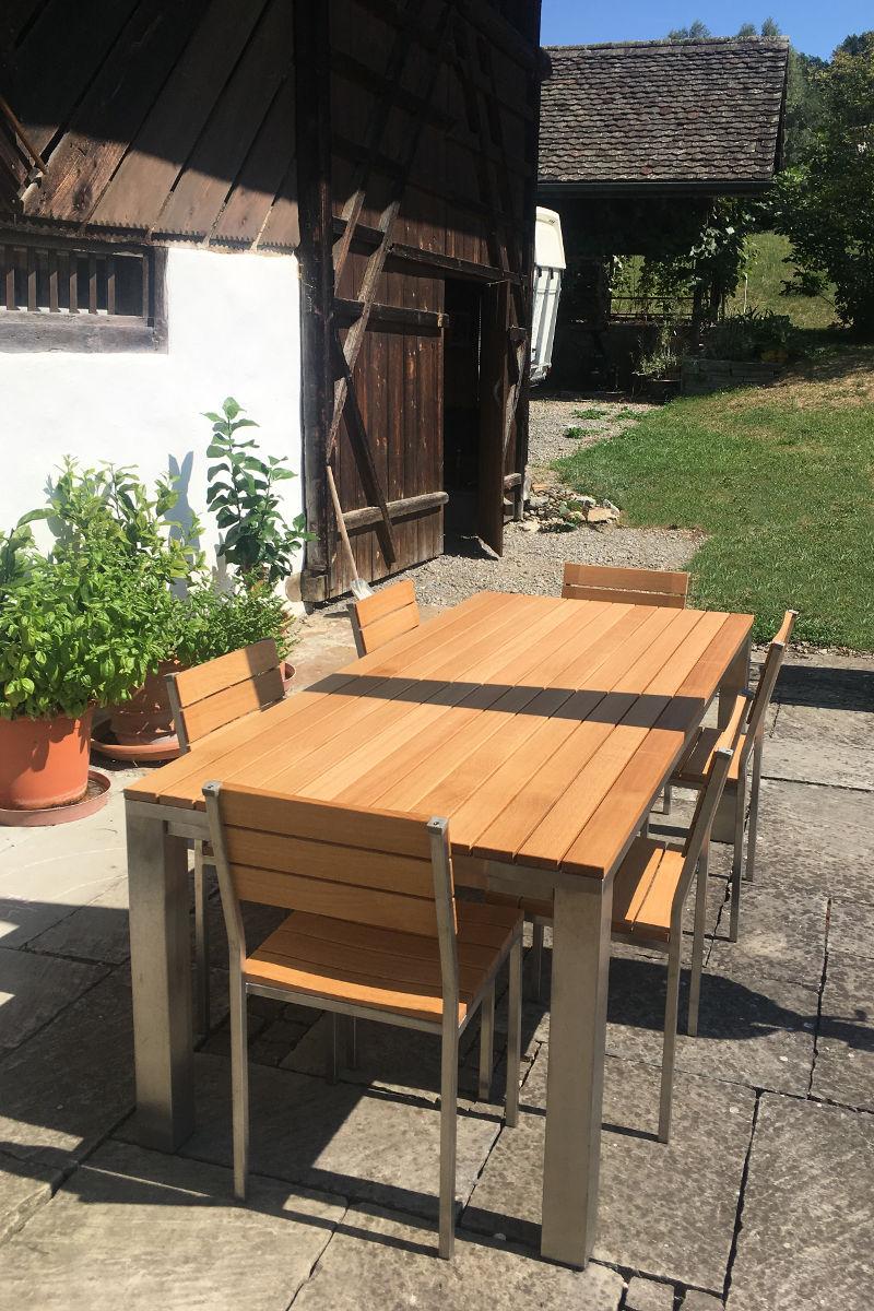 Der Gartentisch sieht nach dem abschleifen und frisch lackieren wieder wie neu aus.