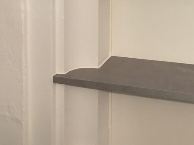 Die Tablare in der bestehenden Fensternische wurden genau ans Profil der Wand angepasst.