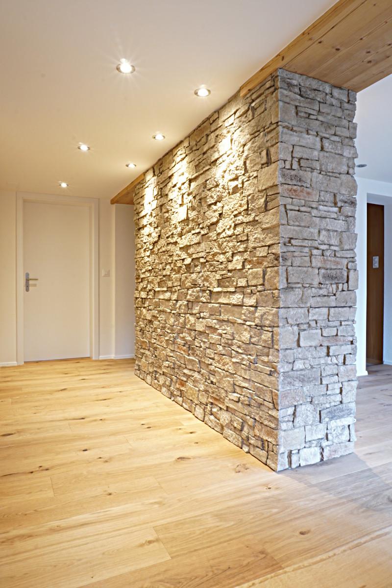 Der Holzparkett sowie die Holzverkleidung des Stahlträgers unterstützen das rustikale Ambiente.