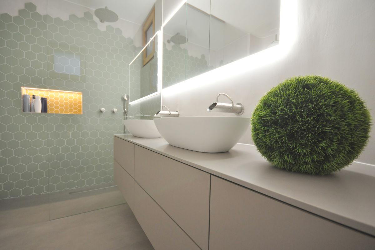 Badmöbel mit aufgesetzten Waschbecken.