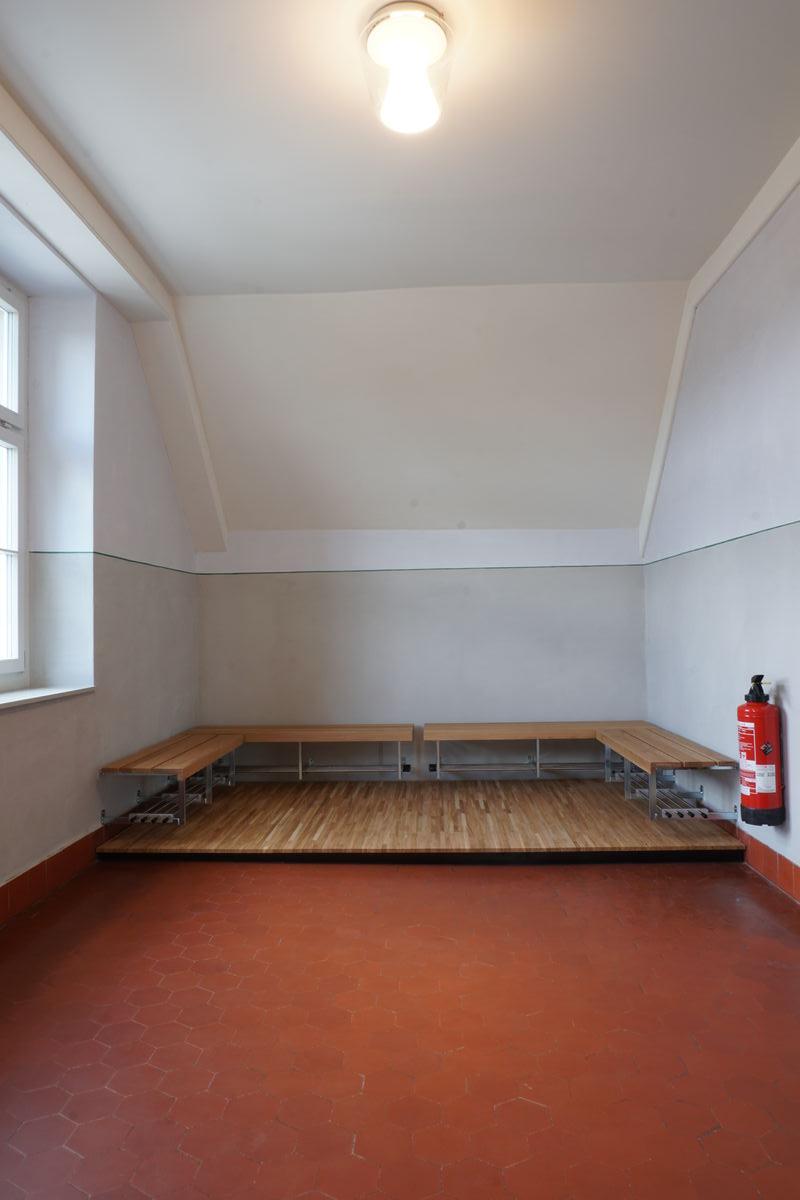 Im Dachgeschoss musste die Garderobensitzbank auf ein Podest gestellt werden, da der Plattenbelag darunter kaputt war.