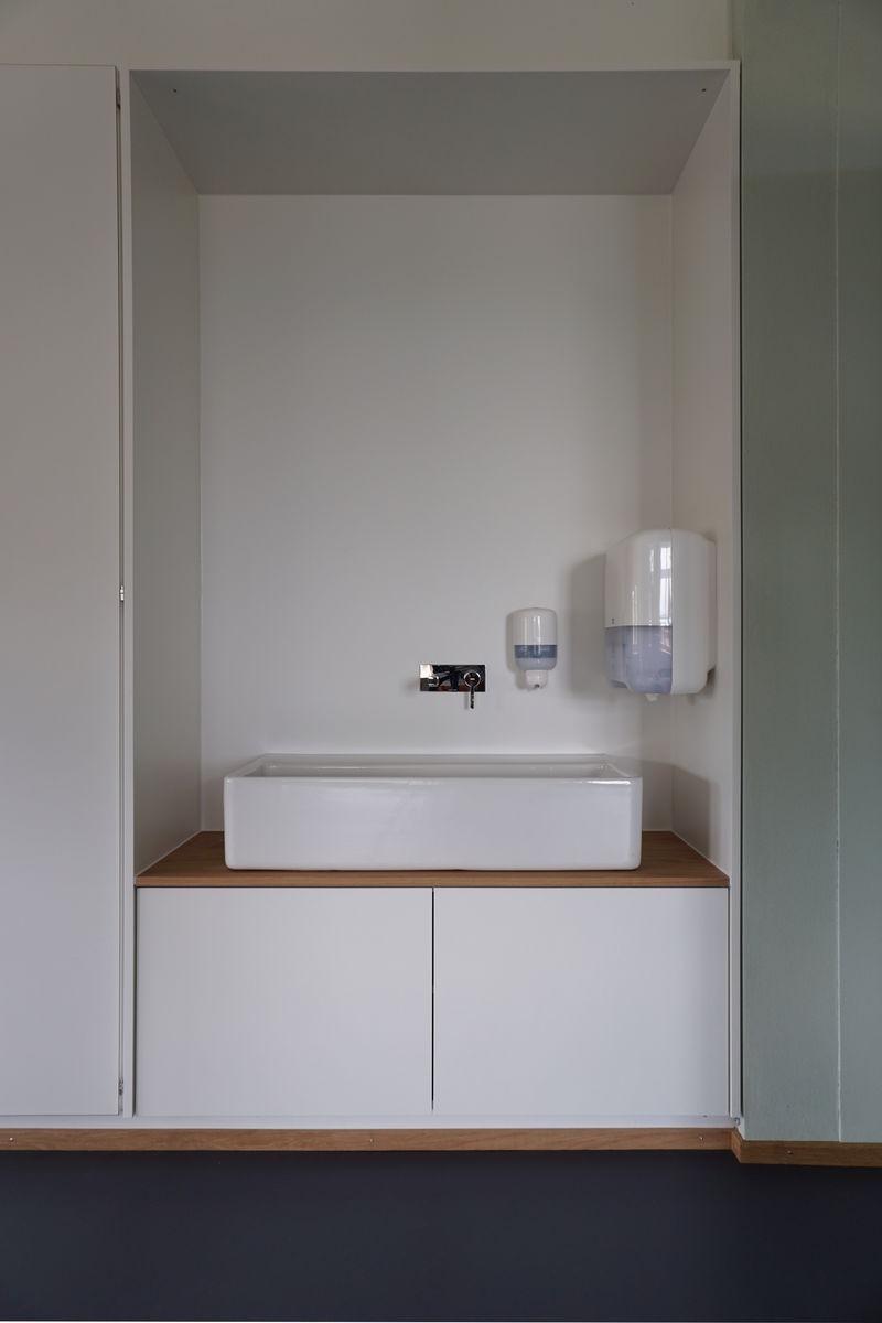 Neben den bestehenden Einbauschrank wurde das neue Waschtischmöbel exakt eingepasst.