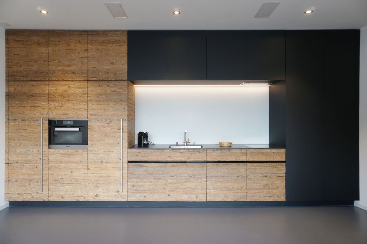 Küchenzeile in Weinkeller (frontal)