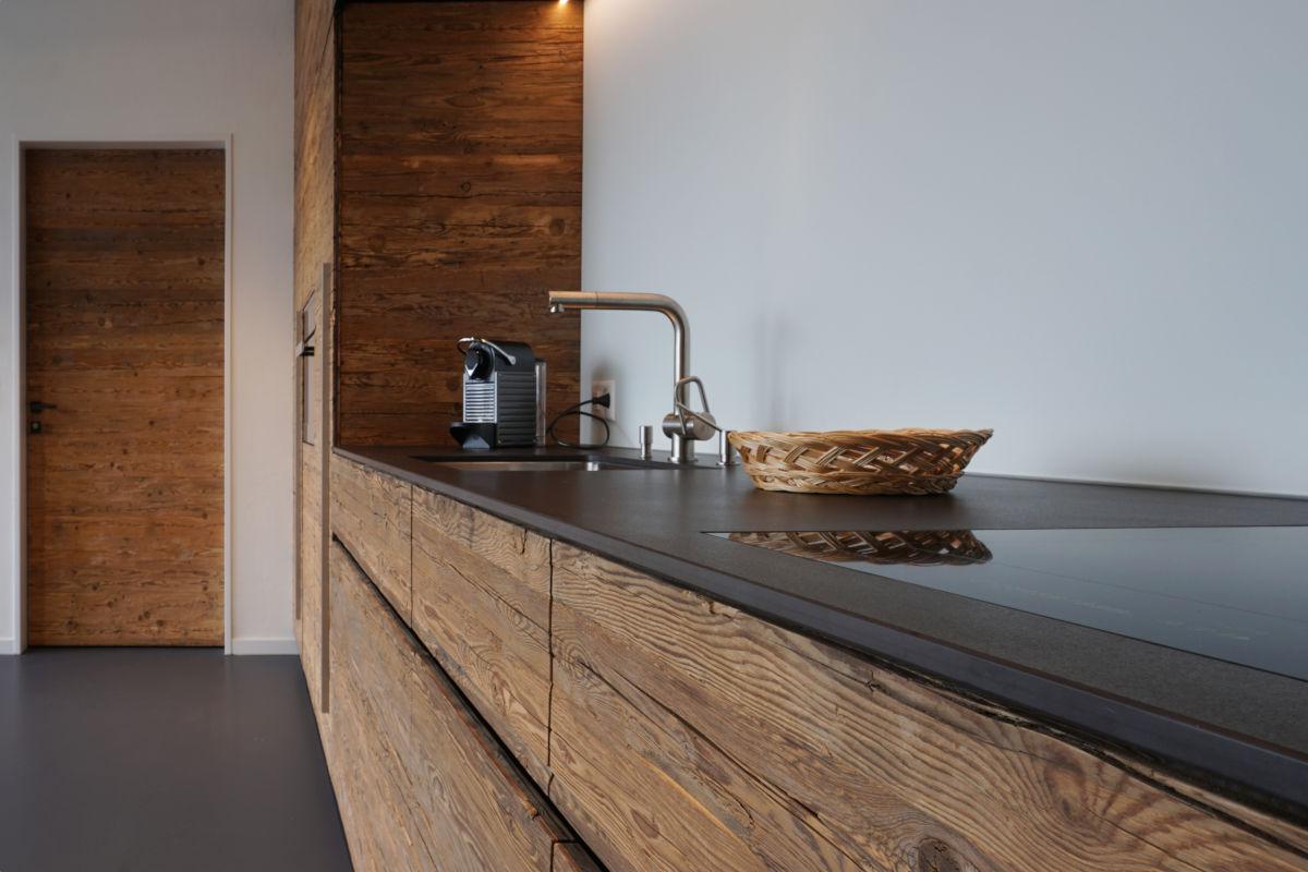 Die Tür zum Reduit ist mit einer Altholz-Aufdoppelung versehen
