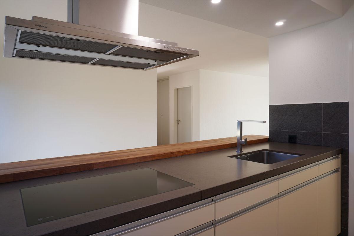 Blick über das Kochfeld ins Wohnzimmer