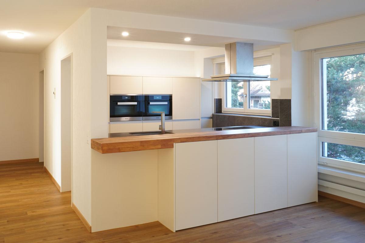 halboffene Küche mit hellen Fronten