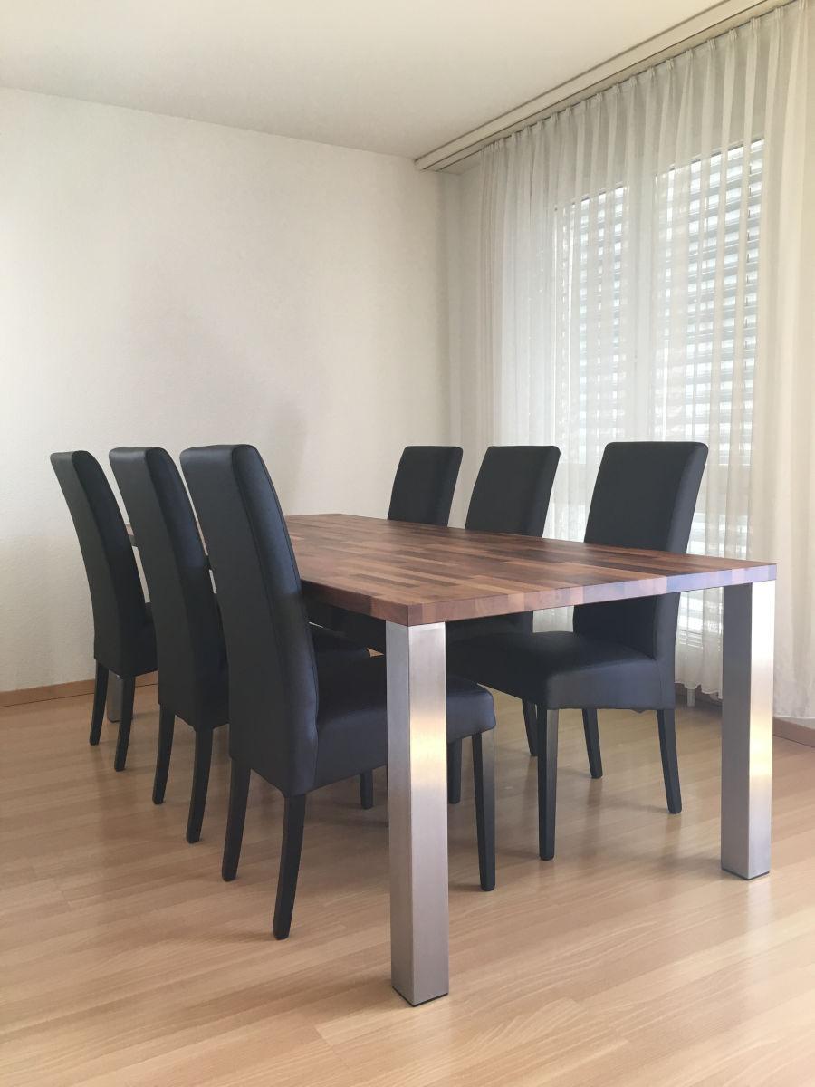 Tisch aus massivem Nussbaum.