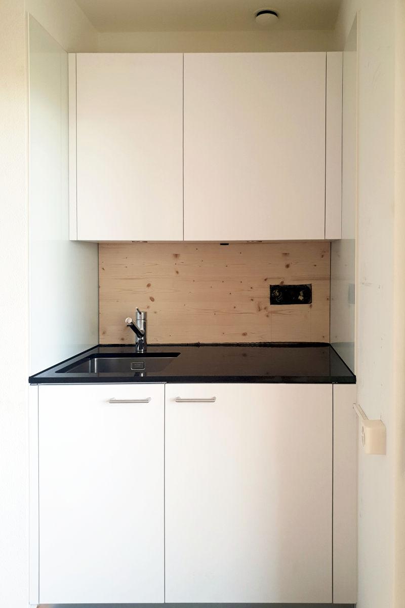 Die Studioküche ist fast fertig. Es fehlt nur noch die Glasrückwand.