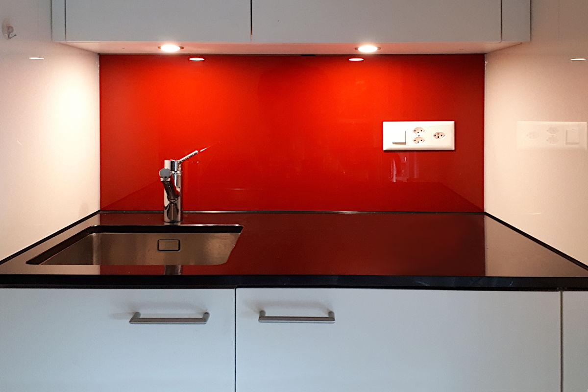 Die fertige Küche mit eingesetzter roter Glasrückwand