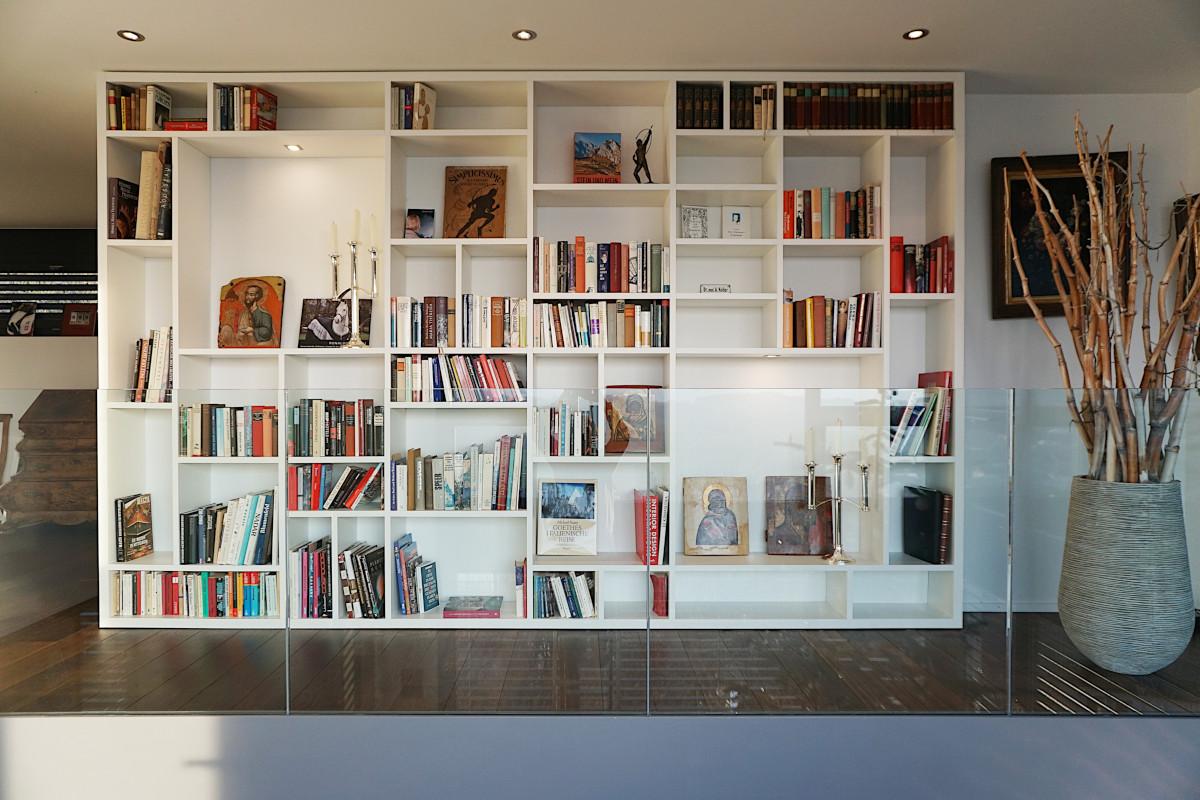 Bücherwand, Fachanordnung inspiriert von Mondrian-Bildern