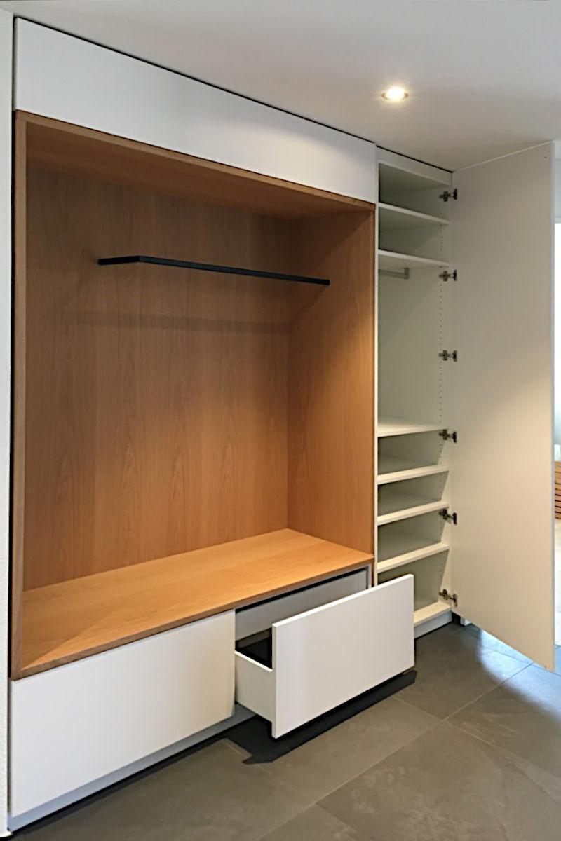 Unten gibt es zwei Schubladen, rechts einen Schrank.