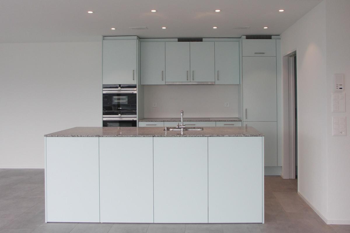 Eine von 20 Küchen in diesem Mehrfamilienhaus-Neubau