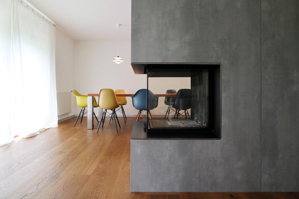 Das Cheminée mit Einfassung aus betongrauen Norit-Platten