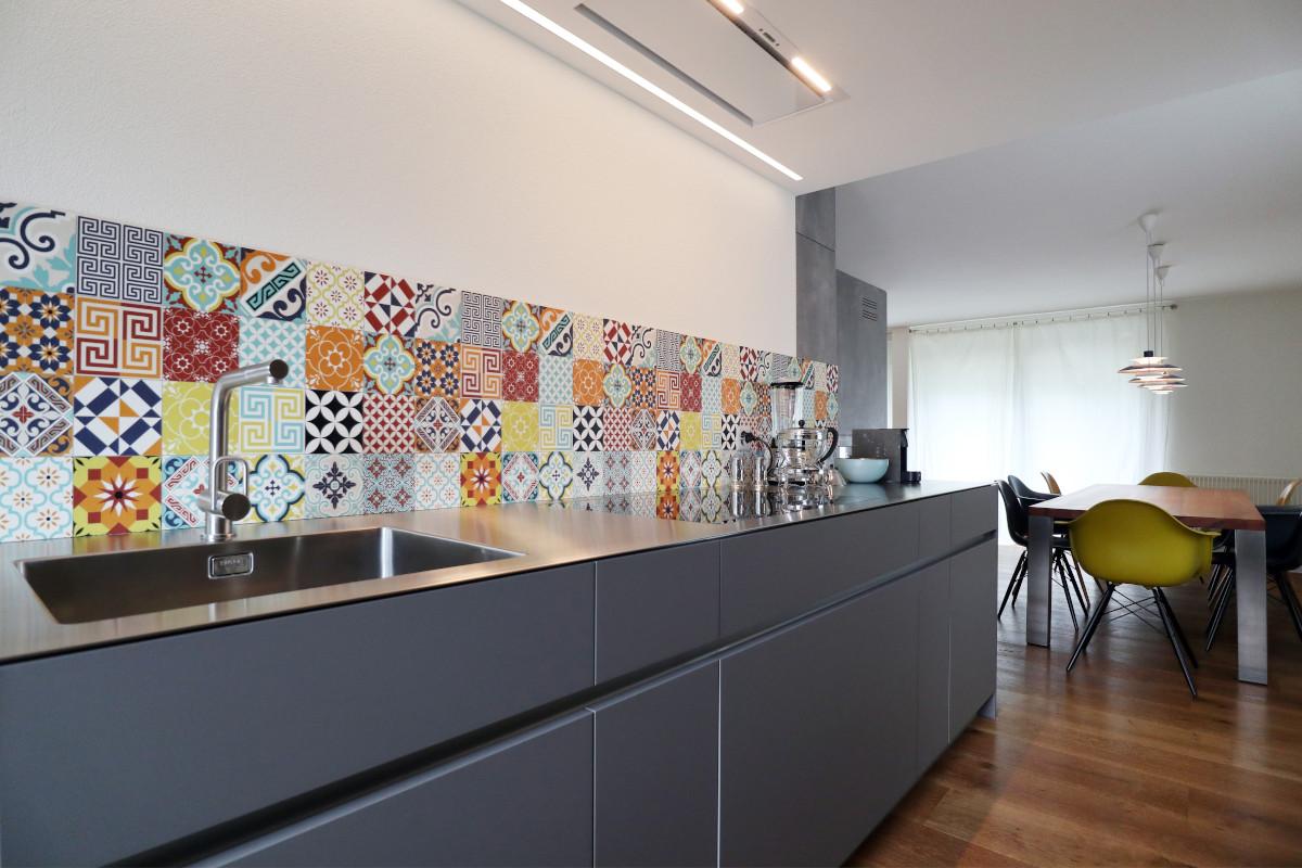 Die neue Elbau-Küche mit der bunten Rückwand aus einer Vinyl-Matte, die aussieht wie Zement-Fliesen.