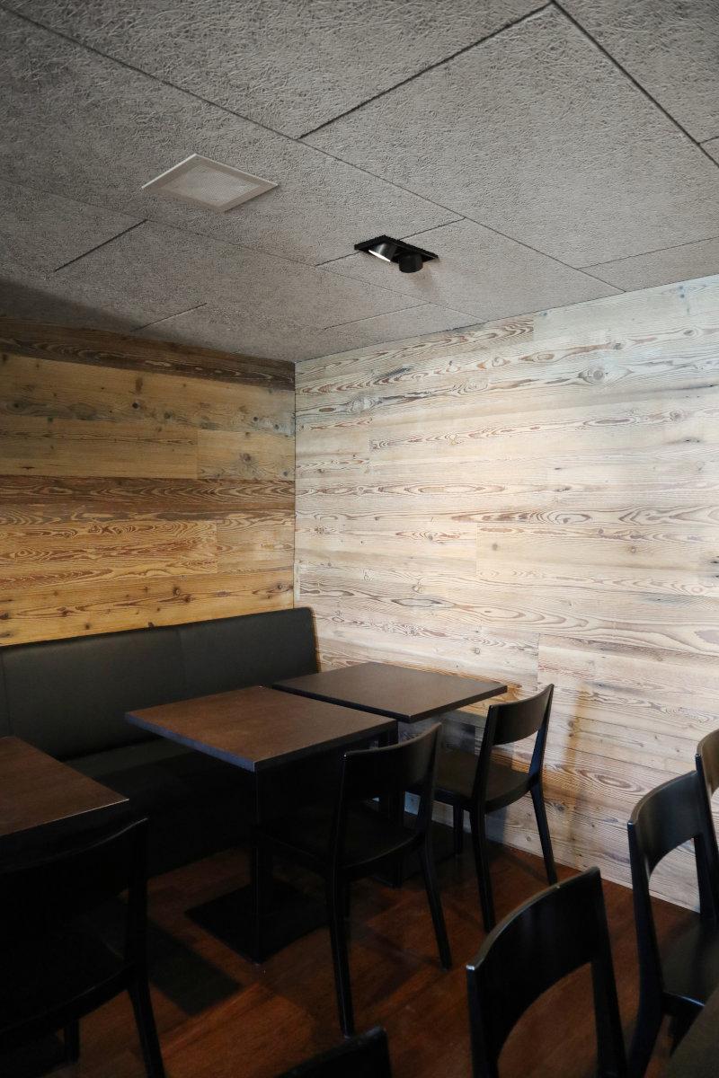 Die Wandverkleidung aus Altholz (Tanne) und die Akustikdecke verbessern die Klangwirkung.