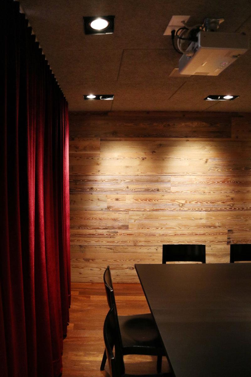 Vorhang und Beleuchtung sorgen für eine angenehme Atmosphäre.
