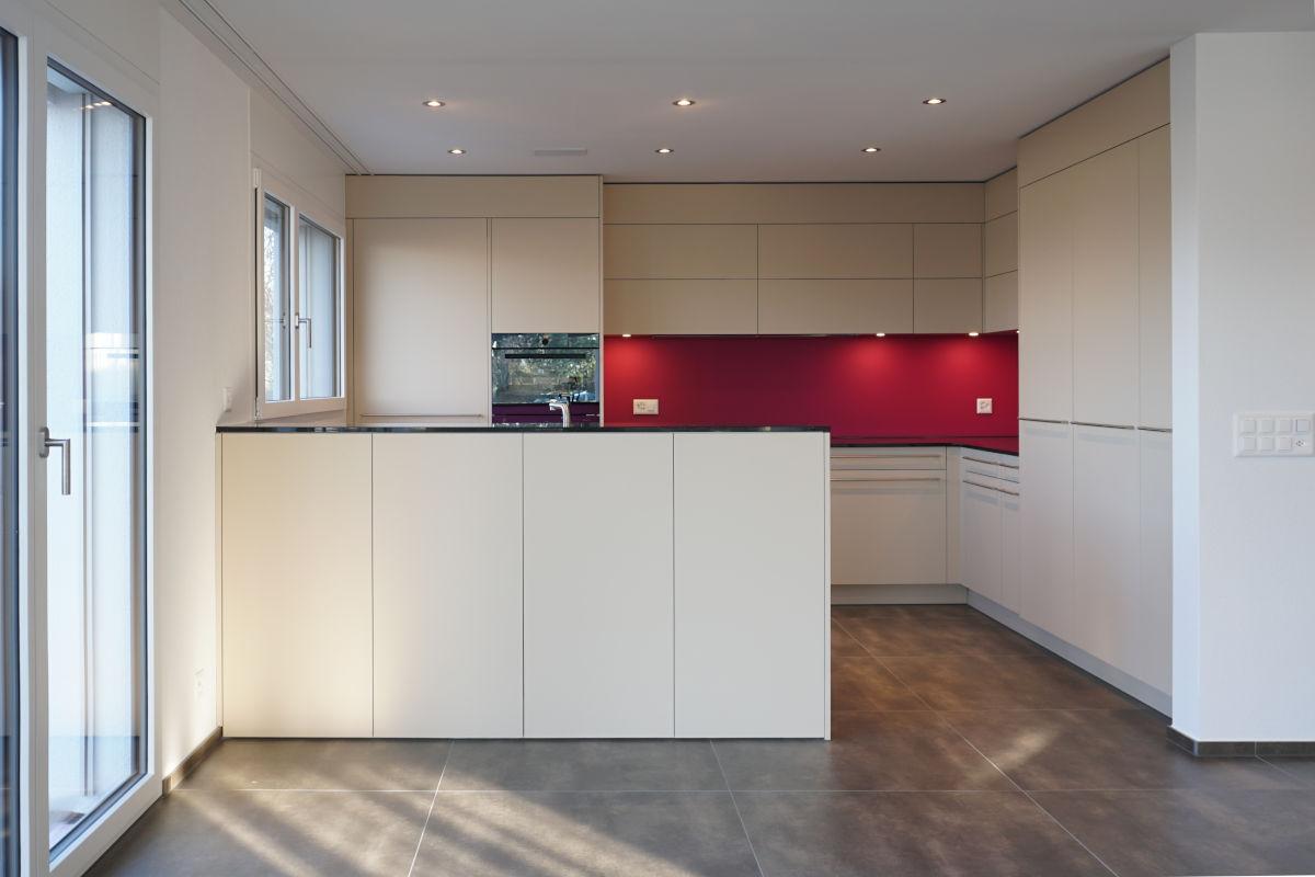 Helle Küche mit pinker Glasrückwand