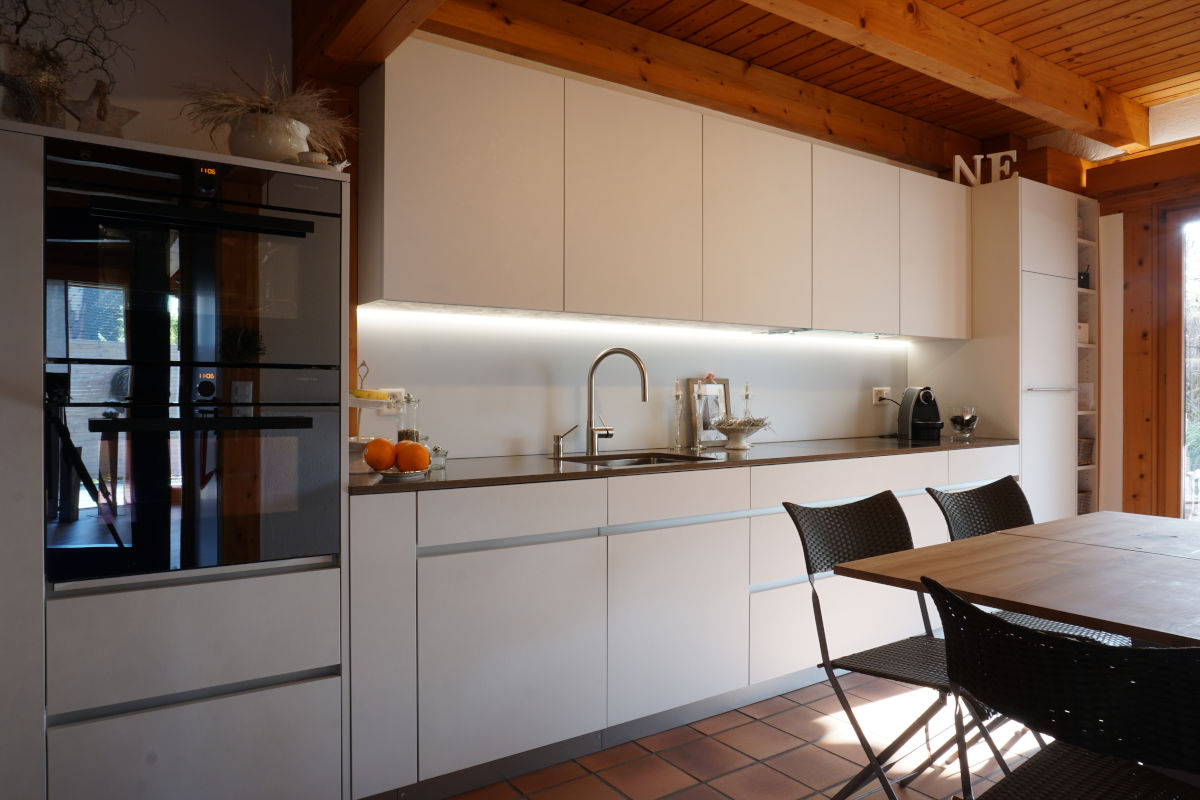Die neue einzeilige Küche mit durchlaufendem LED-Licht
