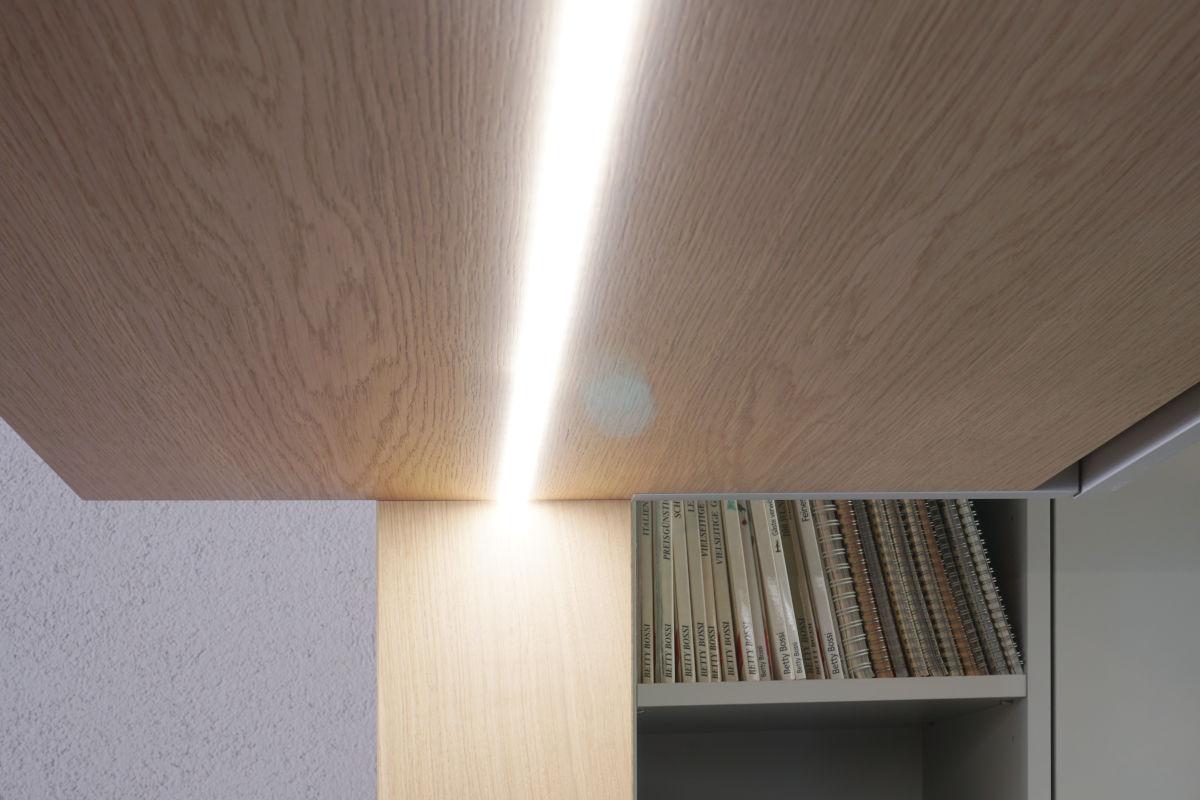 Die Durchreiche ist mit einem LED-Streifen beleuchtet, der in den Oberbauschrankboden versenkt wurde.