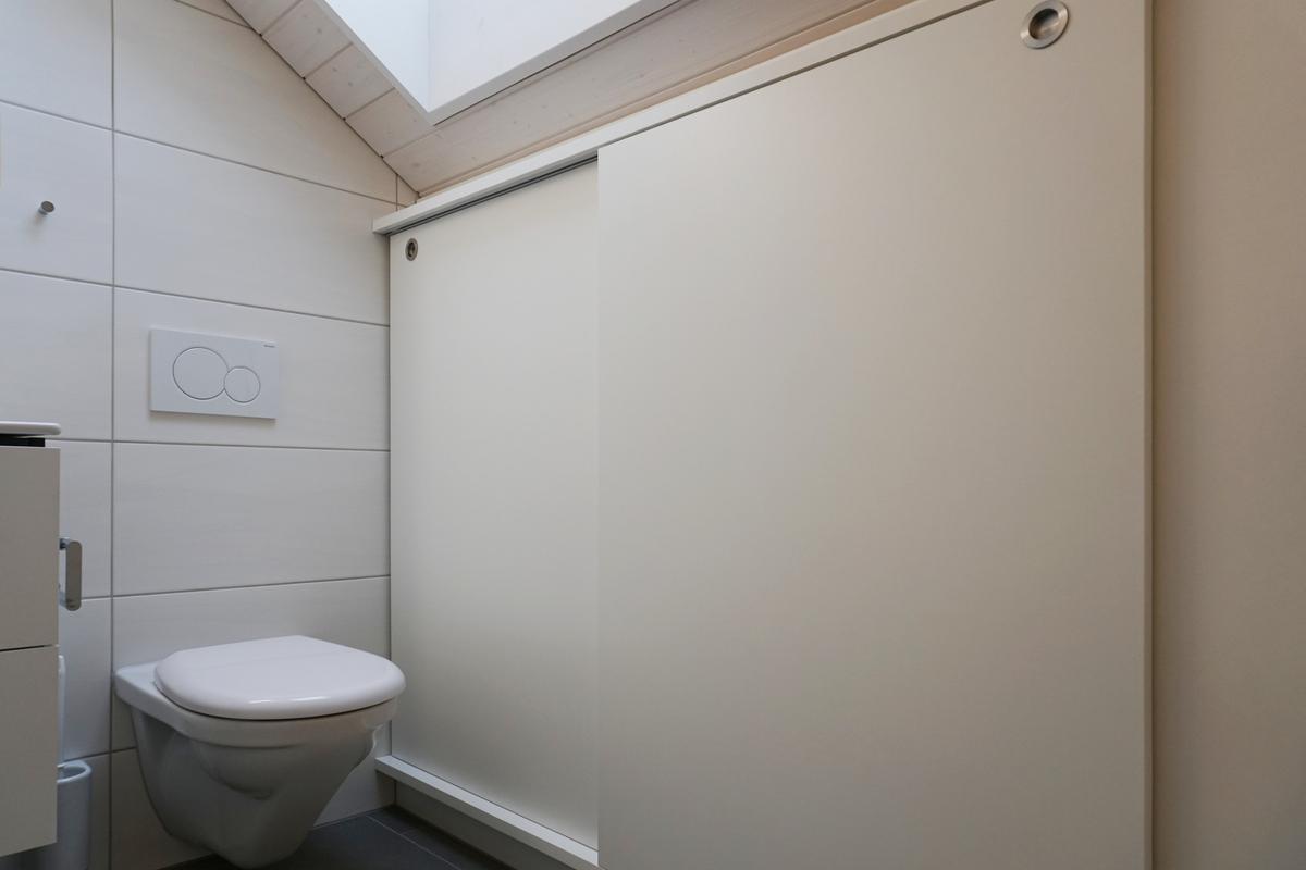 Einbauschrank unter der Dachschräge im WC