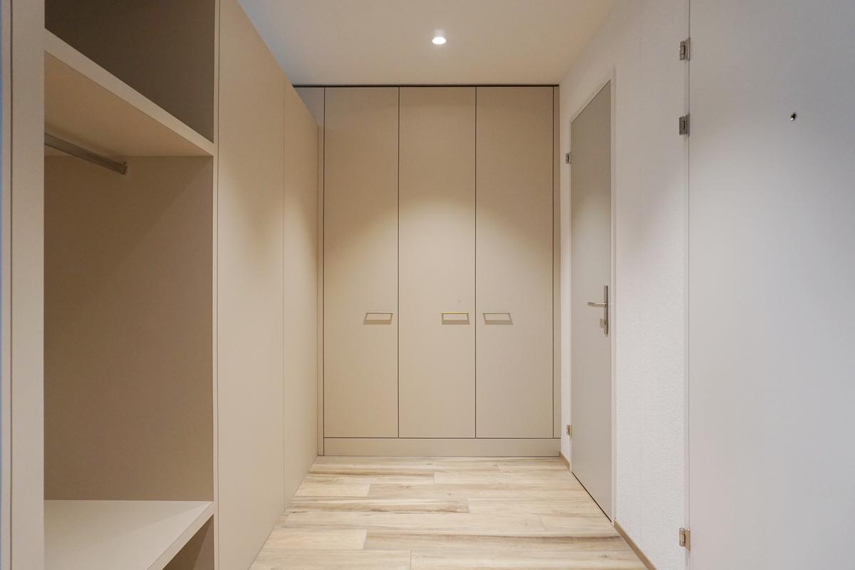 Die Rückseite der Küche bildet die Garderobe