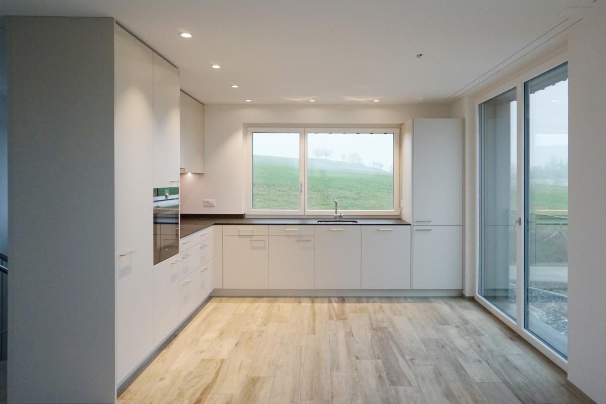Die Küche in der dritten Wohnung. Dahinter führt eine Treppe in den Keller