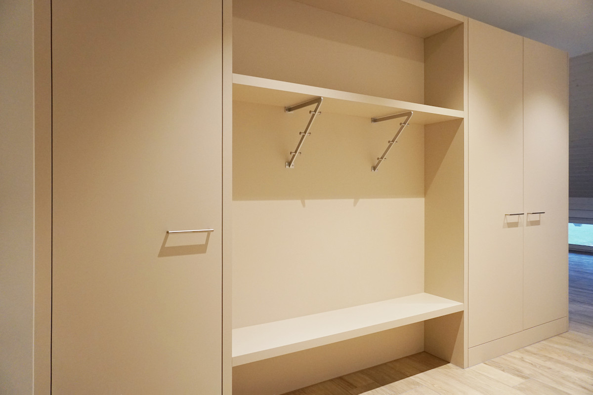 Auch diese Küche beherbergt auf der Rückseite die Garderobe