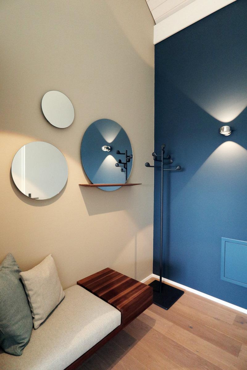Eingangsbereich mit blauer Wand