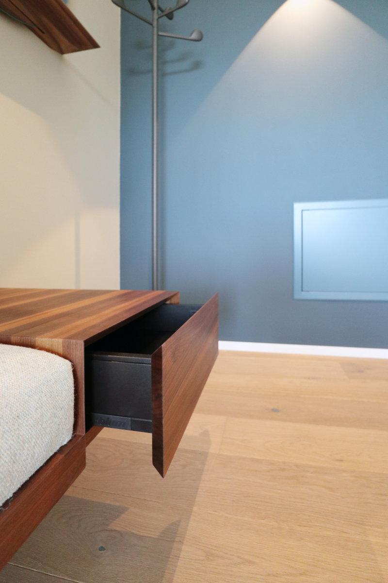 In der Sitzbank ist eine Schublade integriert