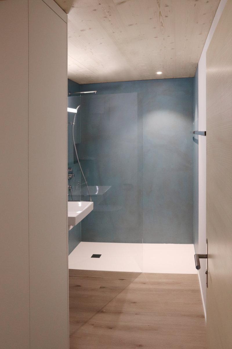 Dusche mit Corian-Wanne; Einbauschrank