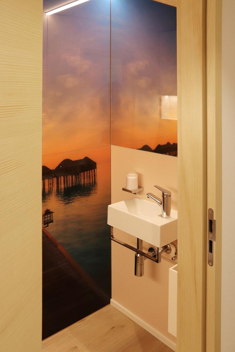 WC mit Wandbild (zweiteilig) und Spiegel