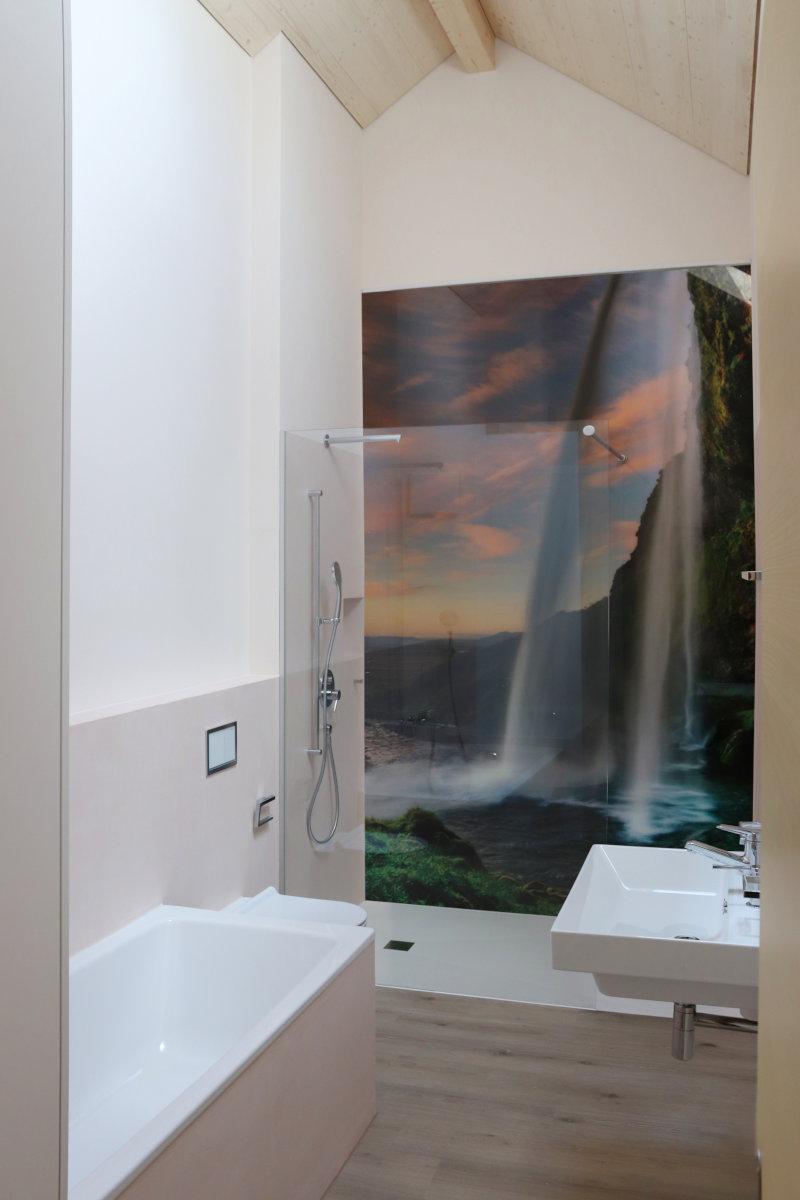 Bad & Dusche mit 3m hohem Wandbild als Rückwand