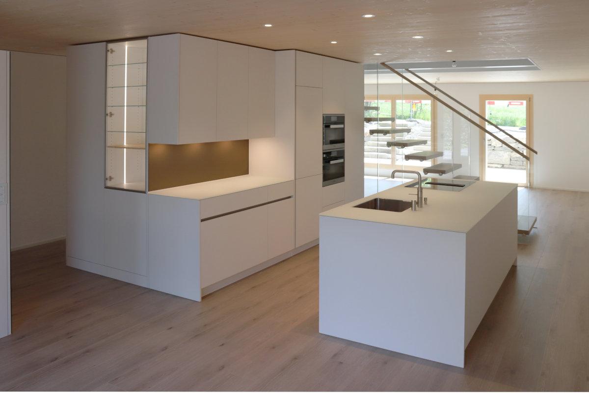 Neubauküche in offenem Raum neben Treppe