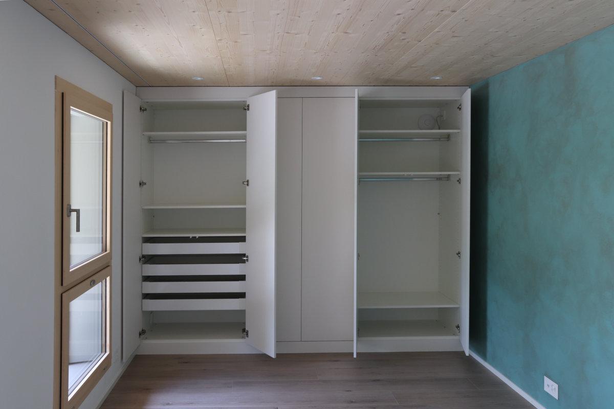 Innenleben des Schrankes mit Tablaren und Schubladen. Die Türen lassen sich 110° öffnen.