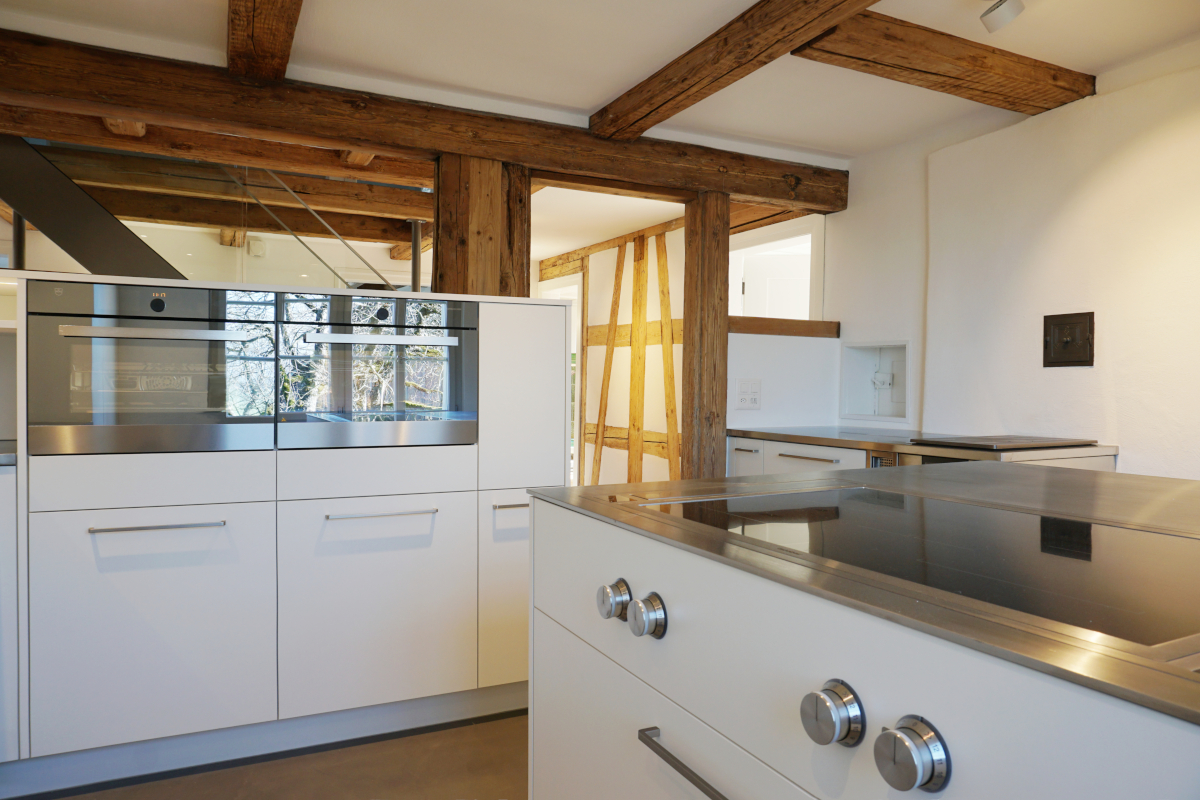 Moderne Kochinsel in neuer Küche in Altbau