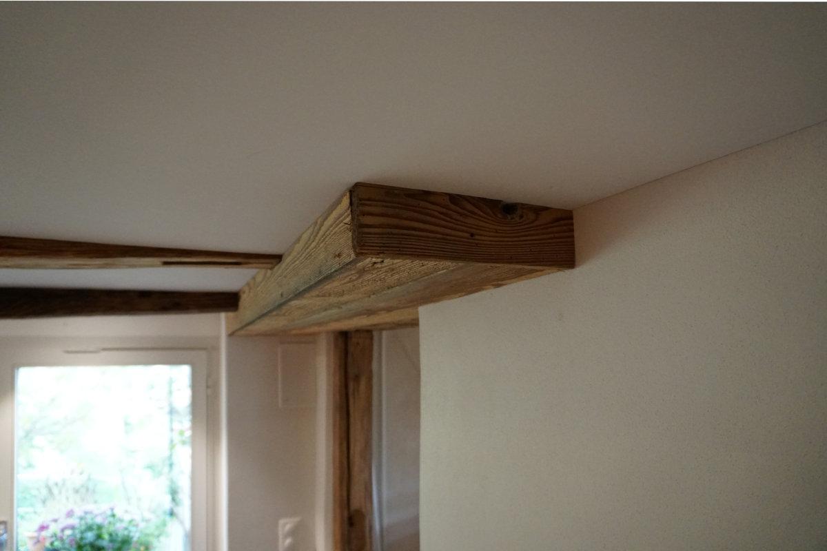 Die Leitungen vom Obergeschoss wurden mit einer Altholzverschalung eingekleidet.
