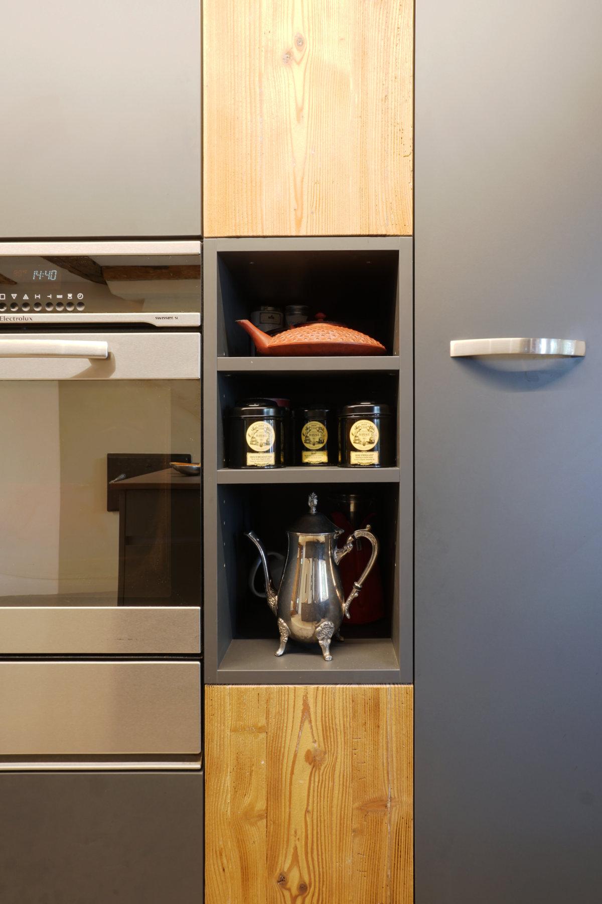 Zwischen Ofen und Kühlschrank gibt es Platz für eine kleine Nische.